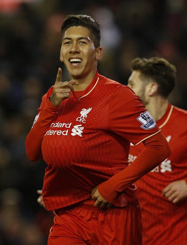 Liverpoolský Roberto Firmino slaví třetí gól svého týmu s míčem pod dresem.