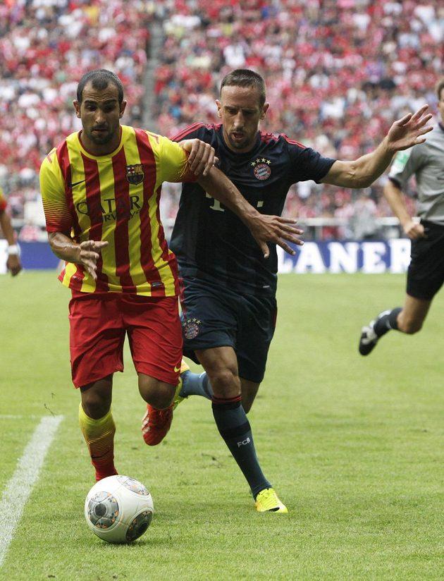 Franck Ribery (vpravo) v souboji o míč s barcelonským Martinem Montoyou.