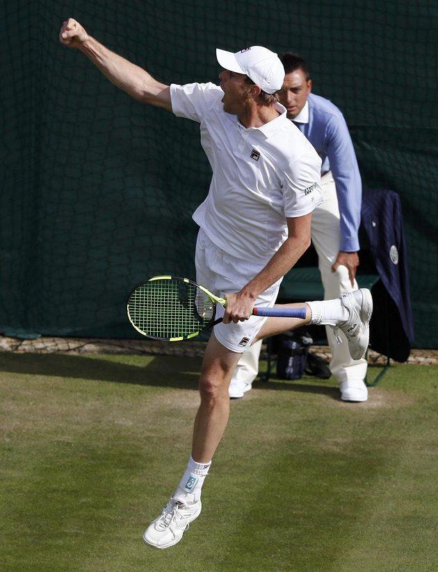 Americký tenista Sam Querrey se raduje z vítězství nad světovou jedničkou Novakem Djokovičem ve třetím kole Wimbledonu.