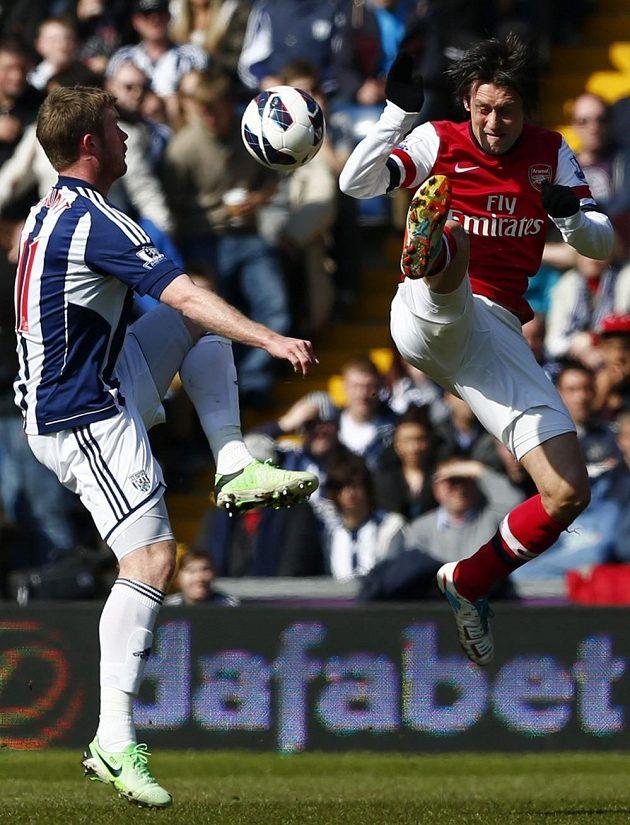 Tomáš Rosický (vpravo) z Arsenalu a jeho kung-fu v souboji s Chrisem Bruntem z West Bromwich Albion.