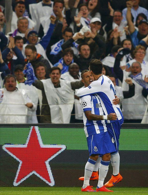 Ricardo Quaresma (vlevo) se raduje společně se svým spoluhráčem Hectorem Herrerou z gólu do sítě Bayernu Mnichov.