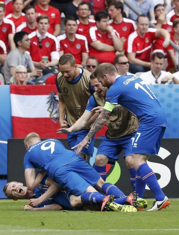 Jon Dadi Bödvarsson a jeho spoluhráči z Islandu se radují z vedoucího gólu proti Rakousku.
