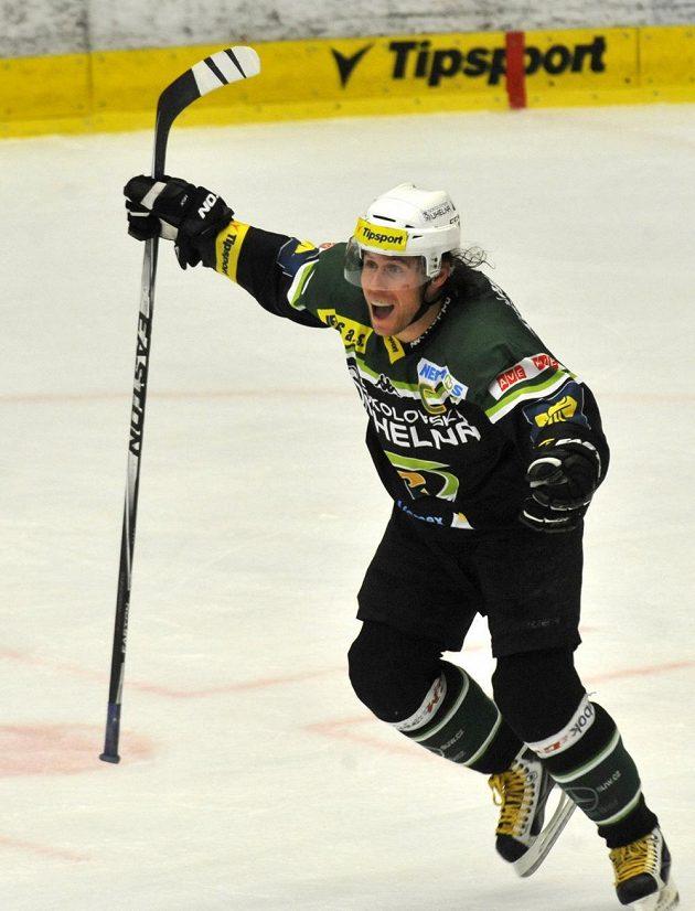 Karlovarský kapitán Radek Duda se raduje ze čtvrtého gólu proti Spartě.