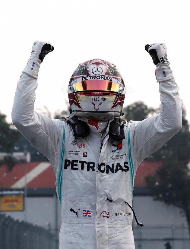 Radost Lewise Hamiltona po triumfu v Mexiku.