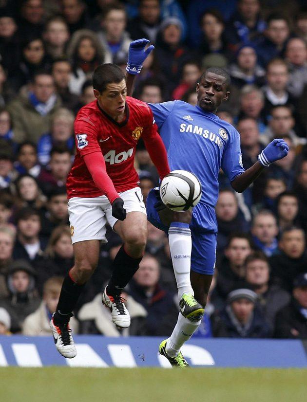 Javier Hernández z Manchester United (vlevo) bojuje o míč s Ramiresem z Chelsea.