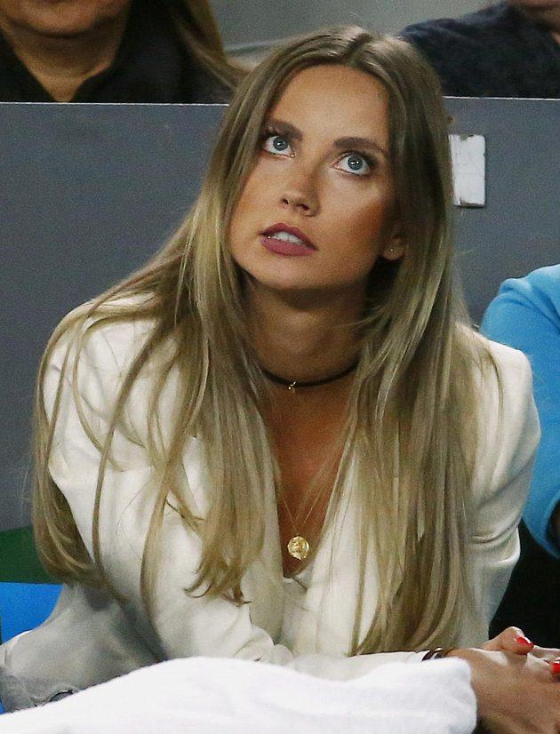 Ester Sátorová sleduje utkání svého manžela Tomáše Berdycha s Rogerem Federerem.