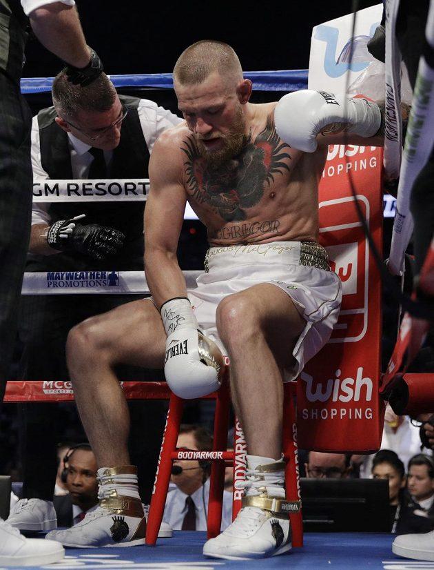 Conor McGregor a únava, v posledních dvou kolech ji pocítil hodně. V 10. kole padl.