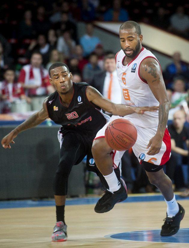 Basketbalista Darius Adams z Nancy a Darius Washington z Nymburku (vpravo) během utkání Evropského poháru.