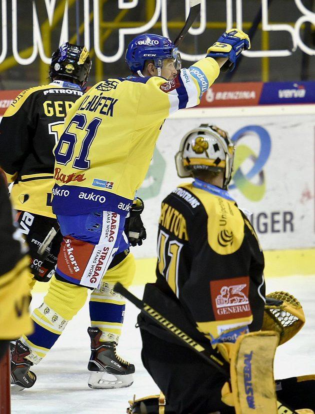 Pavel Klhůfek ze Zlína se raduje z gólu, vpravo je brankář Litvínova Pavel Kantor.