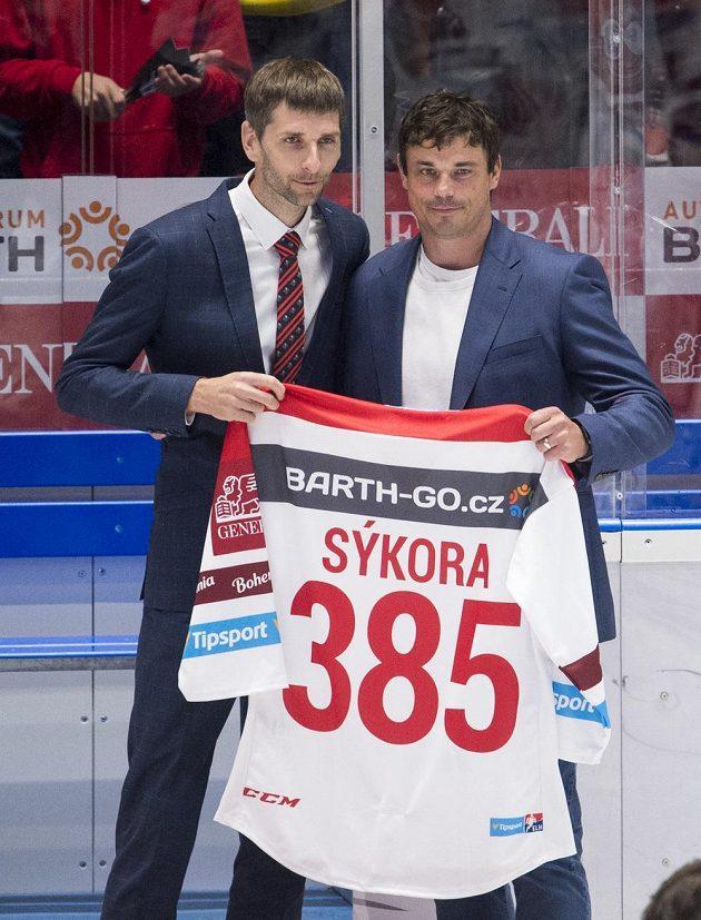 Pardubický klub se před utkáním s Hradcem rozloučil se svým bývalým hráčem Petrem Sýkorou (vpravo). Číslo 385 na dresu je počet branek, které nastřílel v extralize. Vlevo je generální ředitel klubu Martin Sýkora.