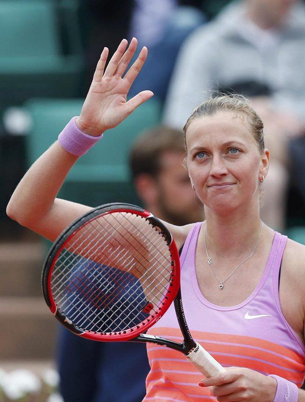 Petra Kvitová zdraví diváky po vítězství nad Silvií Solerovou Espinosovou.