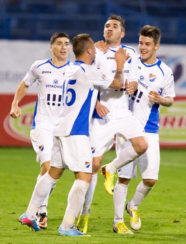 Radost hráčů Baníku z vyrovnávacího gólu. Autor gólu Davor Kukec je třetí zleva.