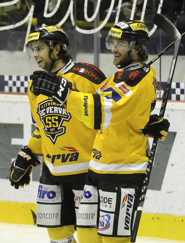 Litvínovští útočníci Viktor Hübl (vpravo) a Robin Hanzl se radují ze vstřelení gólu proti Liberci.
