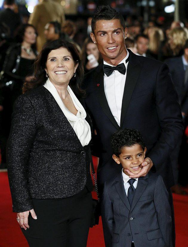 Cristiano Ronaldo s matkou Dolores Aveiro a svým synem Cristianem Ronaldem juniorem.