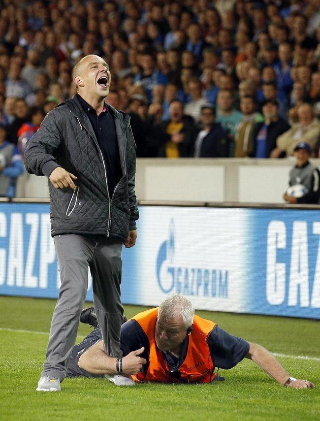 Pořadatel pacifikuje vetřelce na hřišti v odvetě play off Ligy mistrů mezi Bruggami a Manchesterem United.