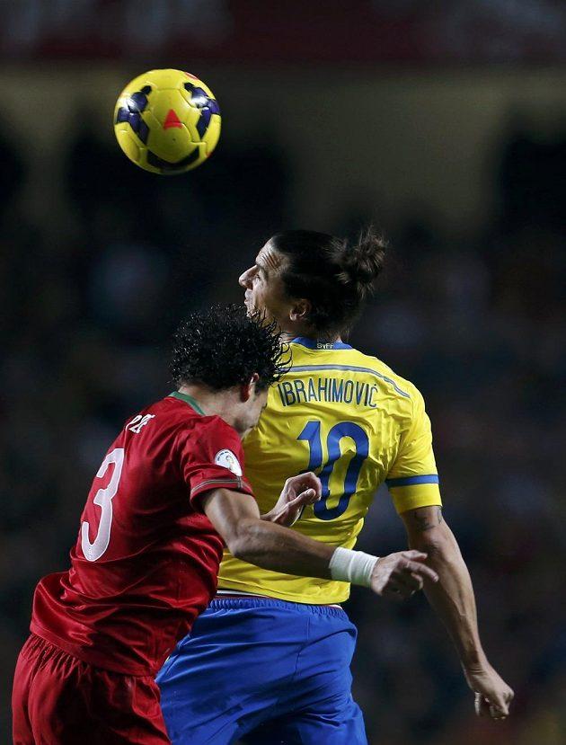 Švédský forvard Zlatan Ibrahimovic (vpravo) v souboji s Portugalcem Pepém v barážovém utkání o postup na MS.