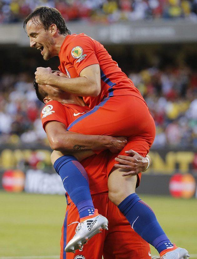 José Pedro Fuenzalida (nahoře) a jeho spoluhráč Mauricio Isla z Chile se radují z druhého gólu proti Kolumbii.