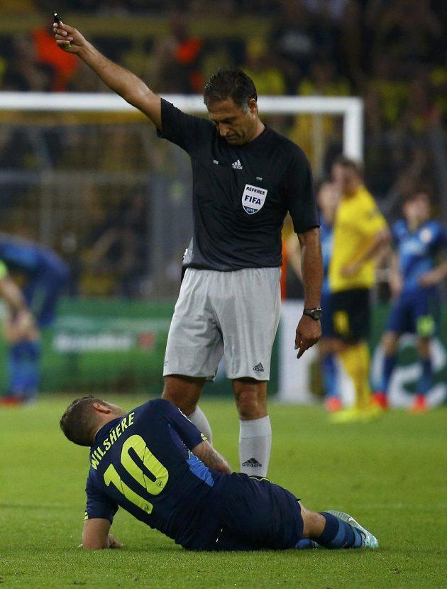 Portugalský rozhodčí Olegario Benquerenca sleduje fotbalistu Arsenalu Jacka Wilshera.