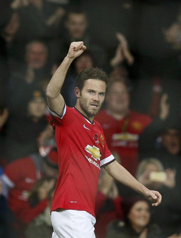 Juan Mata slaví svojí vítěznou trefu proti Crystal Palace.
