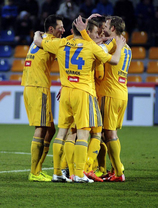 Jihlavští fotbalisté se radují z gólu.
