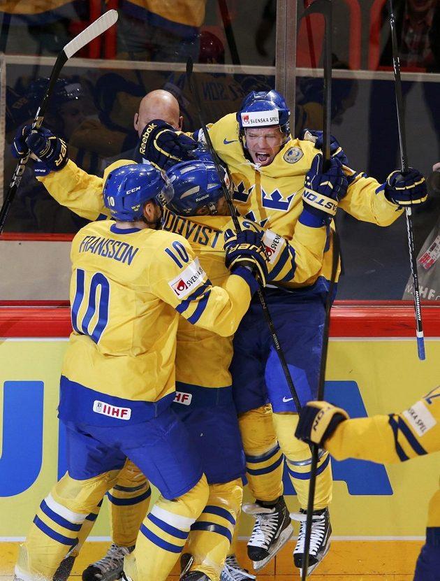 Švédský tým slaví gól ve finále mistrovství světa proti Švýcarsku.