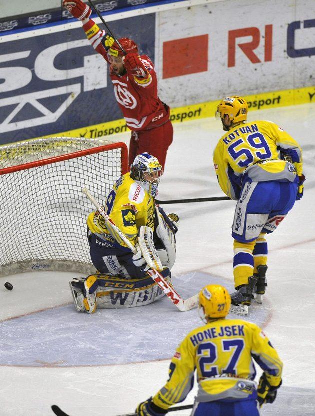 Třinecký útočník Martin Růžička (nahoře) se raduje ze vstřelení gólu proti Zlínu. Vpravo přihlíží Oldřich Kotvan ze Zlína. Dole sleduje situaci útočník Antonín Honejsek.
