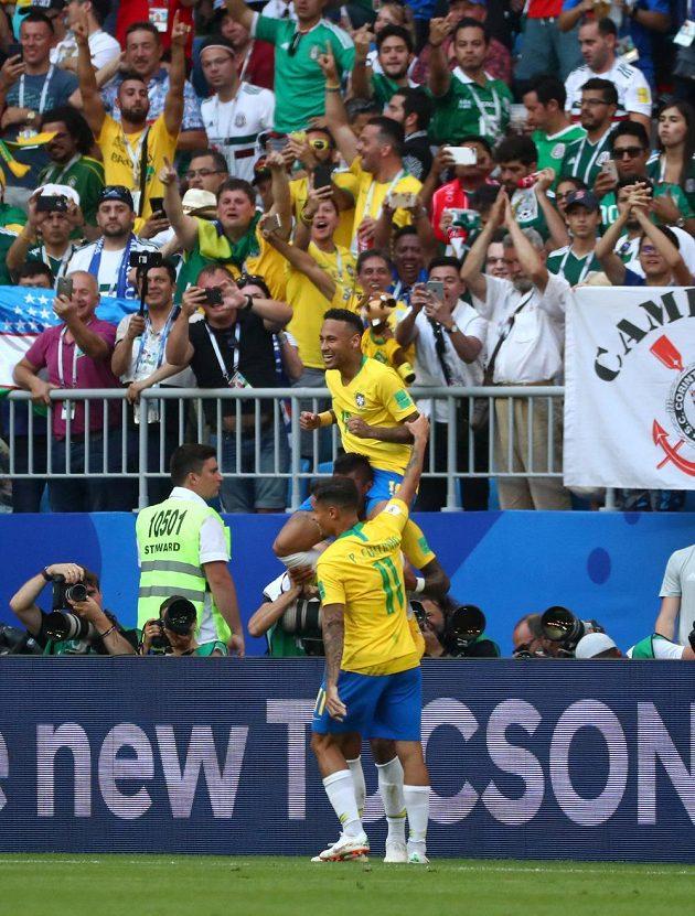 Brazilští fotbalisté slaví gól Neymara.