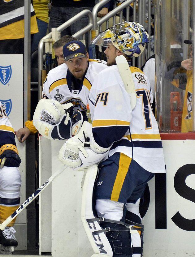 Brankář Nashvillu Juuse Saros (74) a jeho kolega Pekka Rinne (35) při pátém finále Stanley Cupu s Pittsburghem.