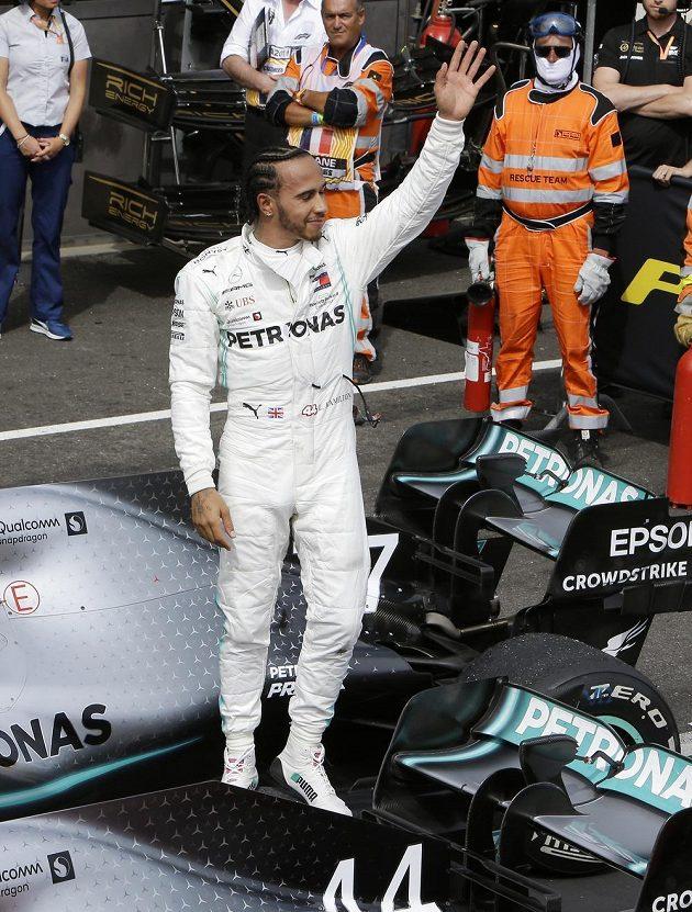Lewis Hamilton zdraví fanoušky po vítězství ve Velké ceně Francie.