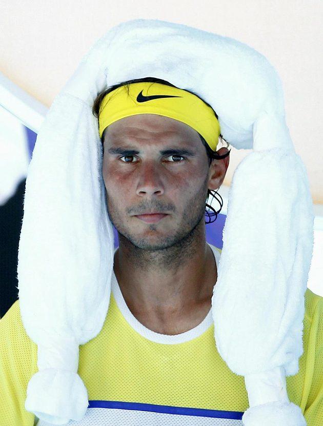 Rafael Nadal si chladí hlavu během úvodního kola Australian Open.