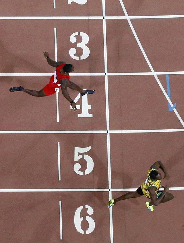 Jamajčan Usain Bolt porazil v Pekingu i na dvousetmetrové trati Justina Gatlina ze Spojených států.