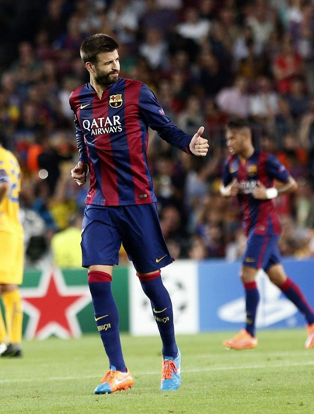 Barcelonský stoper Gerard Piqué otevřel skóre utkání proti Apoelu Nikósie.