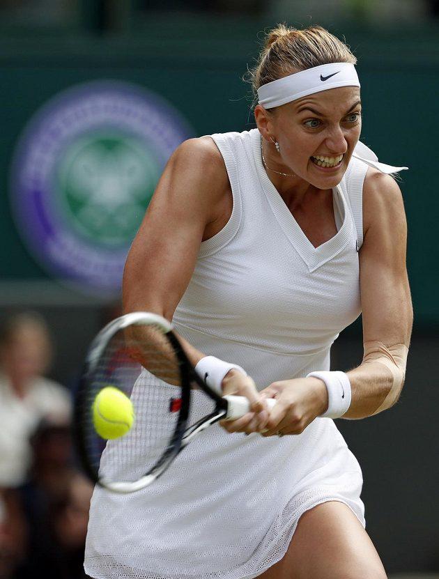 Česká tenistka Petra Kvitová returnuje během osmifinále Wimbledonu.