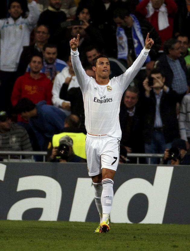 Cristiano Ronaldo z Realu Madrid se radují z gólu do sítě Juventusu.