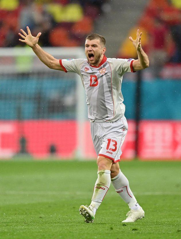 Fotbalový reprezentant Severní Makedonie Stefan Ristovski reaguje během utkání EURO.