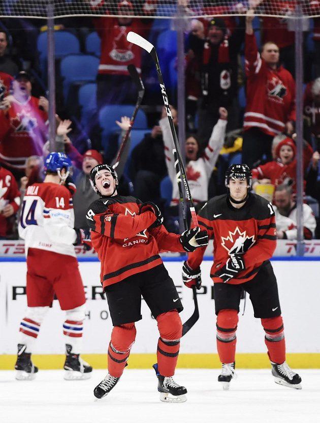 Kanaďan Drake Batherson (19) má důvod k radosti, Čechy sestřelil hattrickem.