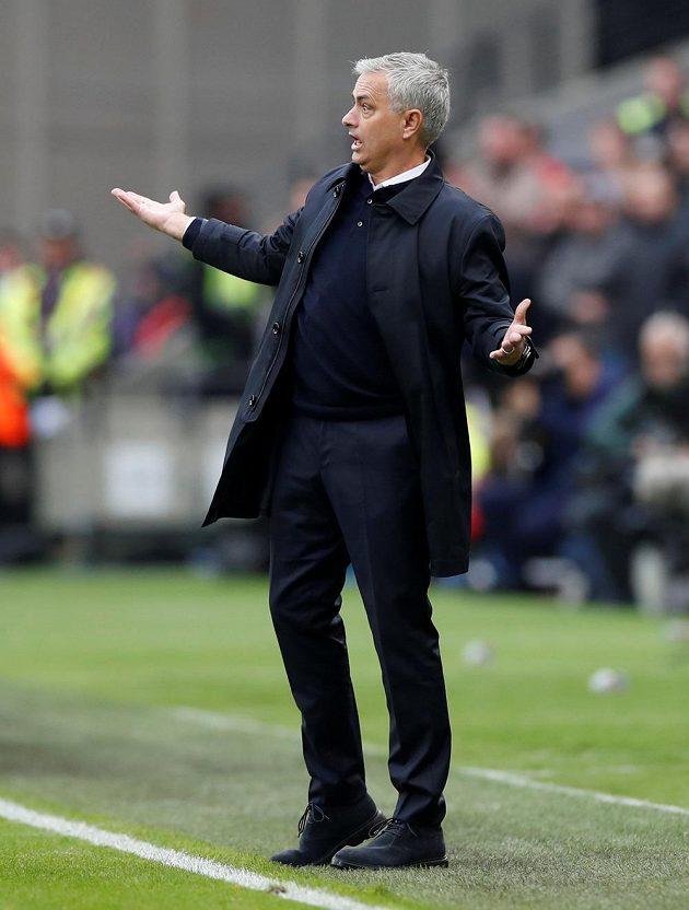 Vyjevený José Mourinho vytřeštil zrak, premiérové představení na lavičce Tottenhamu se mu chvílemi moc nelíbilo.