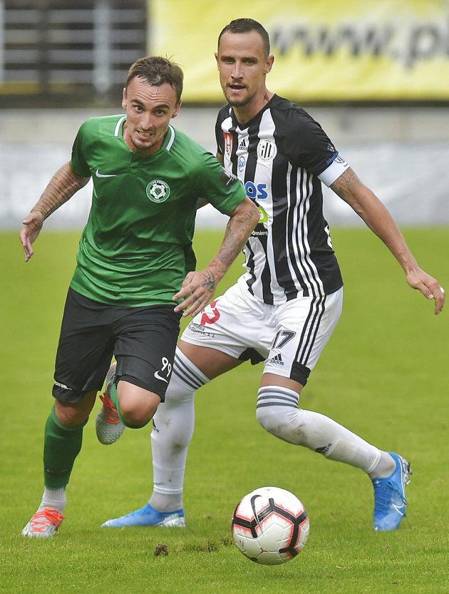 Martin Zeman z Příbrami a Jiří Kladrubský z Českých Budějovic během utkání nejvyšší soutěže.
