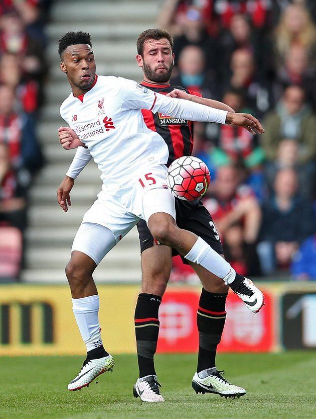 Liverpoolský Daniel Sturridge (vpředu) a Steve Cook z Bournemouthu.
