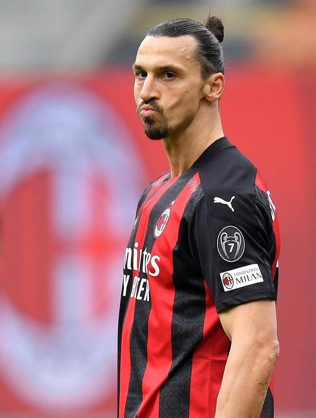 Zlatan Ibrahimovic z AC Milán při derby s Interem.