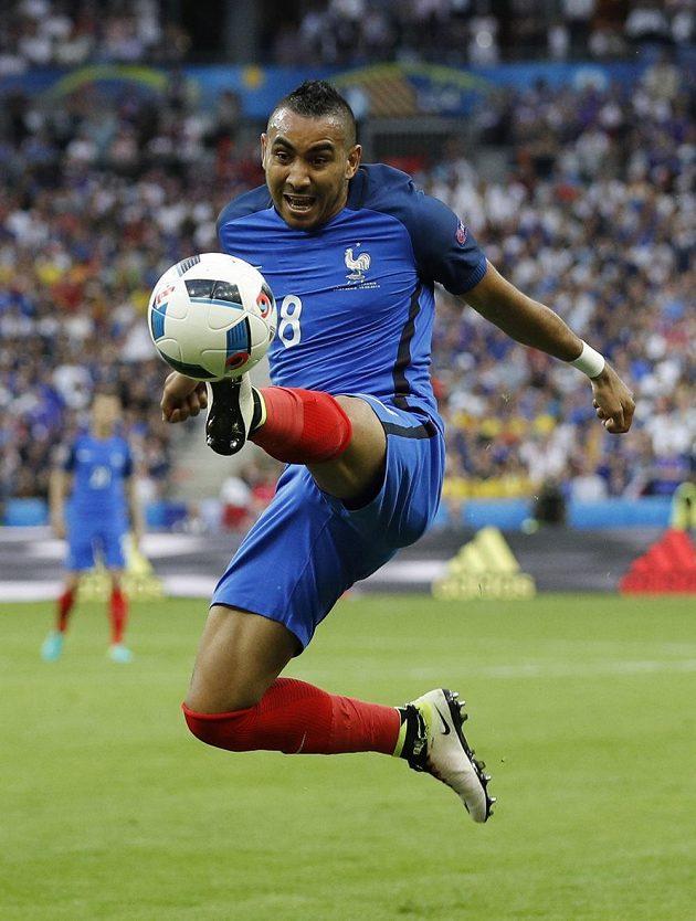 Francouzský záložník Dimitri Payet zpracovává míč.