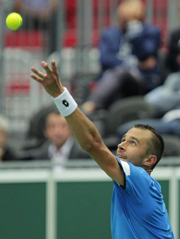 Český tenista Lukáš Rosol podává v zápase s Francouzem Jo-Wilfriedem Tsongou.