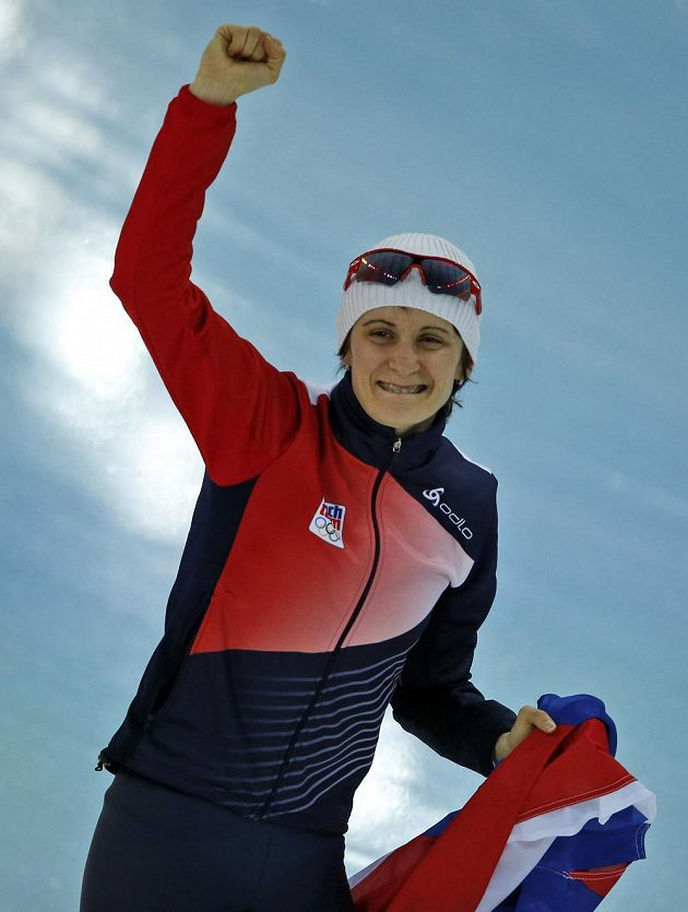 Martina Sáblíková se raduje ze zlaté olympijské medaile na trati 5000 metrů.
