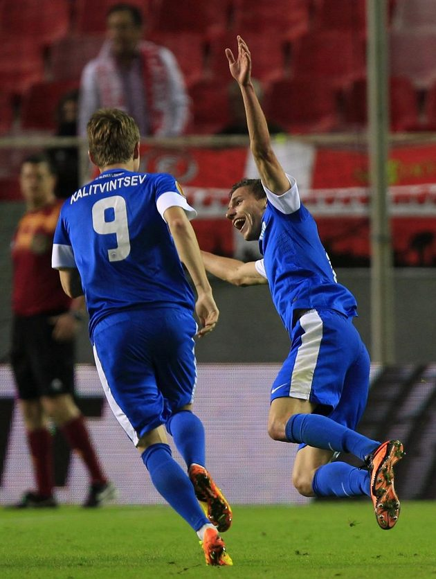 Vladislav Kalitvincev běží ke střelci vyrovnávacího gólu v Seville Davidu Pavelkovi (vpravo).