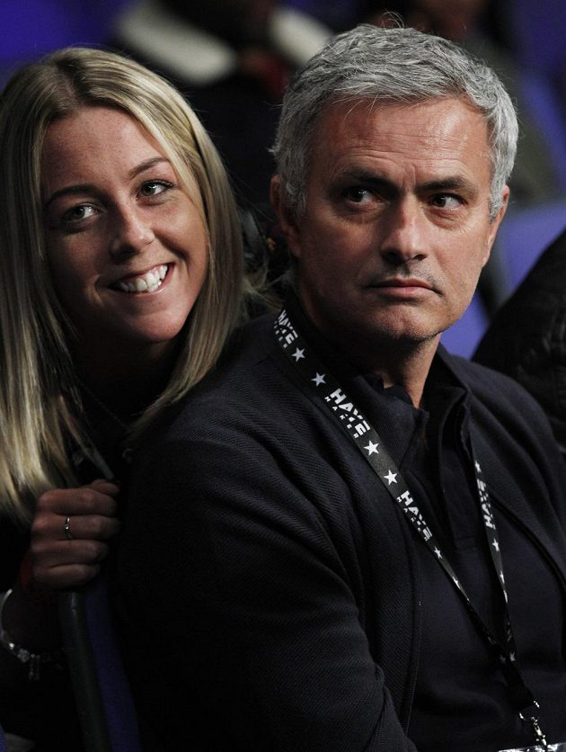 Fotbalový kouč José Mourinho se fotí se sličnou fanynkou na boxu.