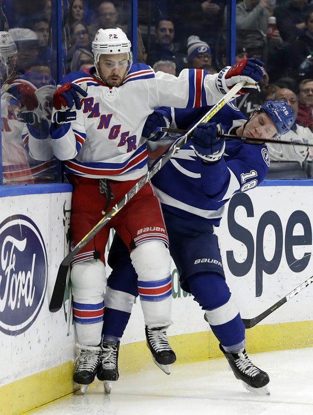 Český útočník Tampy Ondřej Palát (vpravo) v souboji s obráncem Kevinem Shattenkirkem z New York Rangers.