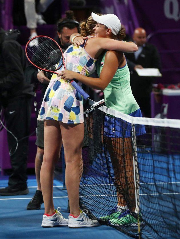 Česká tenistka Petra Kvitová v objetí s Ashleigh Bartyovou po vítězství v semifinále v Dauhá.