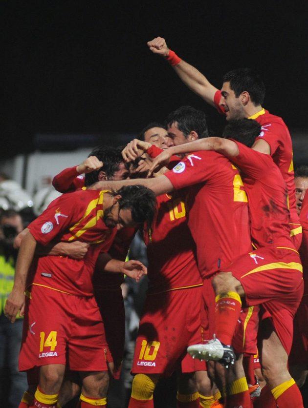 Černohorci slaví vyrovnávací gól proti Anglii v kvalifikaci o MS 2014.