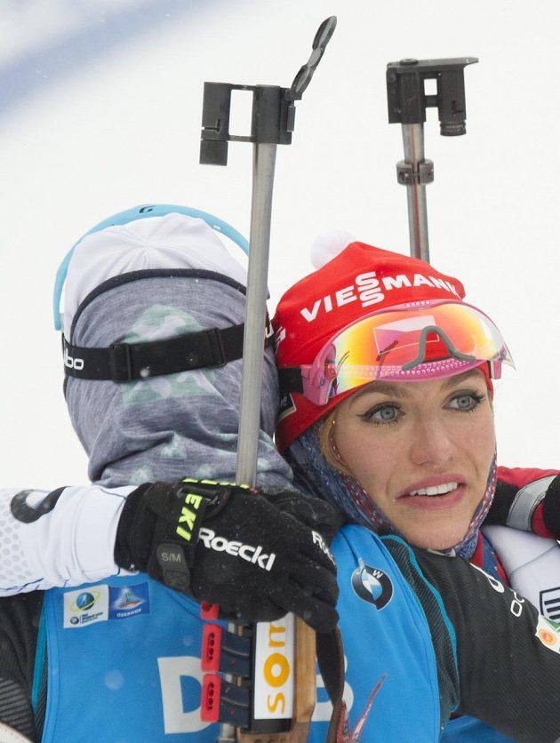 Gabriela Koukalová (vpravo) gratuluje v cíli stíhačky k triumfu Marii Dorinové-Habertové z Francie.