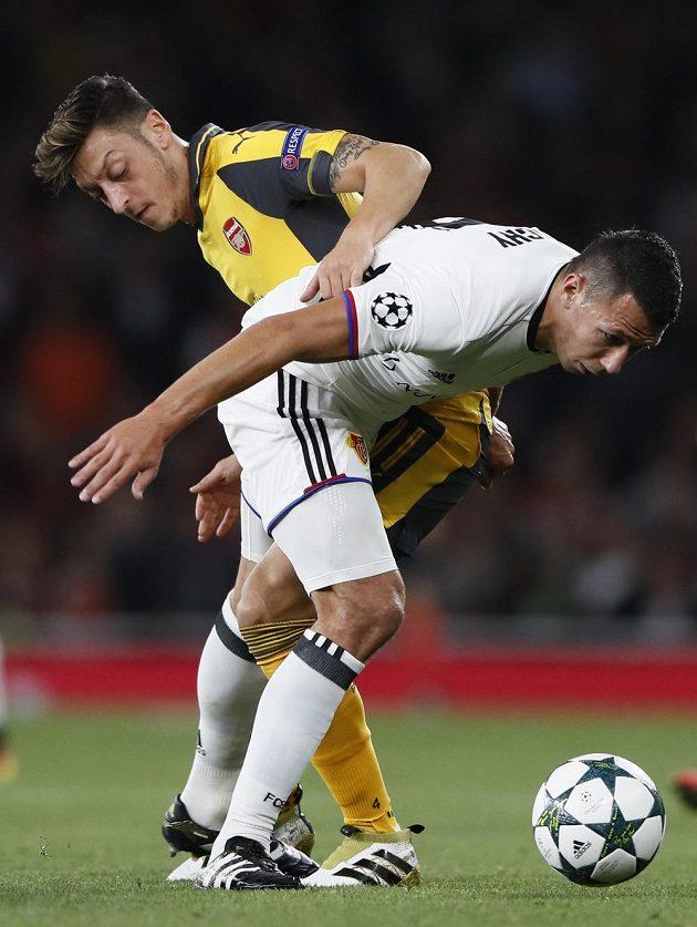 Obránce Basileje Marek Suchý (vpravo) v souboji se záložníkem Arsenalu Mesutem Özilem v zápase Ligy mistrů.